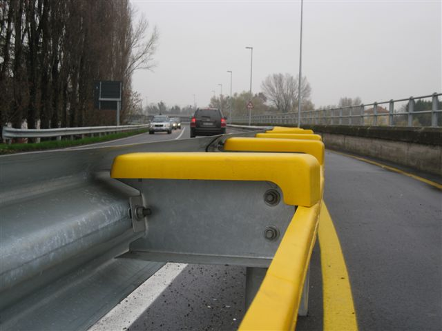 DOPO | Guardrail con PolSafe® - Sistemi di protezione ad assorbimento d'urto in Poliuretano.   AFTER | Guardrail with PolSafe® - Shock-absorbing protection systems made of Poliurethane.