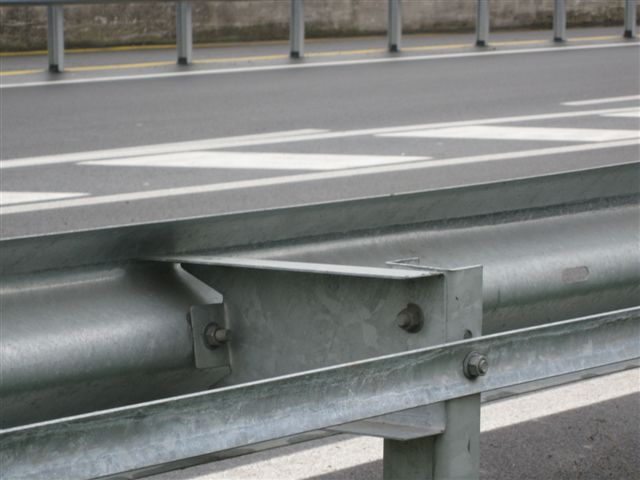 PRIMA | Parti spigolose in metallo presenti sul lato posteriore del guardrail stradale adiacente a pista ciclabile.    BEFORE | Sharp metallic edges on the rear part of guardrails located next to cycle lanes.
